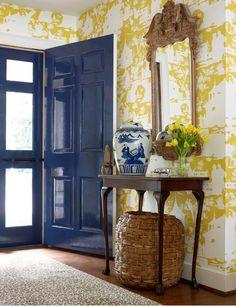 hall-amarillo-con-puerta-azul